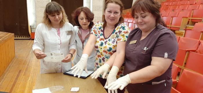 Вчера, 11 июля 2019 года в конференц-зале Жуковской городской клинической больнице   был проведен мастер-класс  для среднего медицинского персонал на тему  «Техника гигиены рук медицинского персонала. Роль перчаток и показания к их использованию», сообщила главная медицинская сестра больницы и организатор мастер-класса Алла Борисовна Харитонова