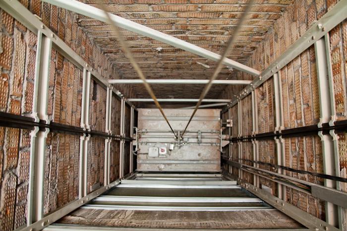 Администрация Жуковской ГКБ сообщает, что в связи с поломкой двигателя лифт в городской поликлинике временно не работает. На сегодня уже проведены торги: закуплен новый двигатель и ведутся ремонтные работы. Предполагается срок запуска лифта 31 августа 2020 года.
