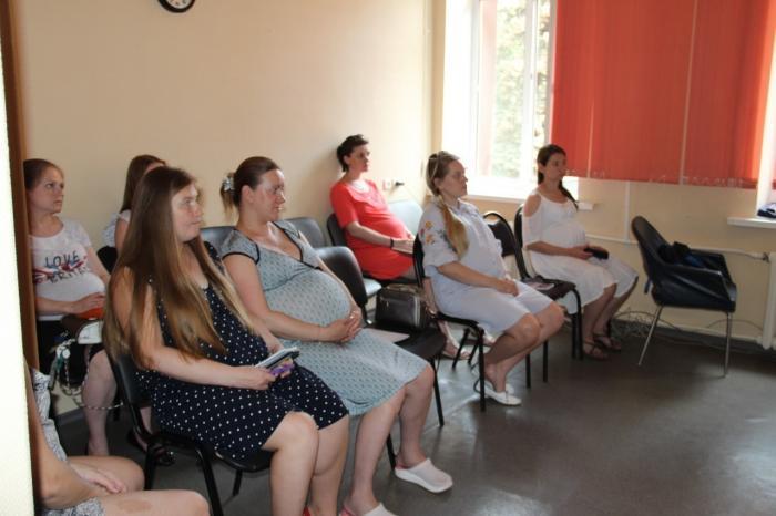 В женской консультации регулярно проводятся занятия Школы будущих матерей.