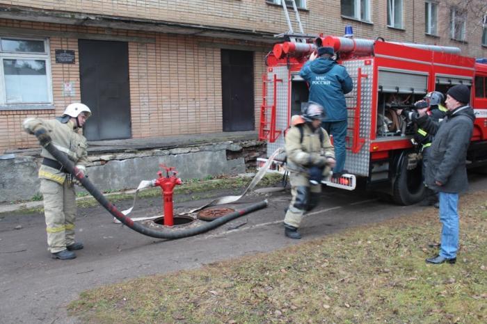 19 ноября на территории Жуковской ГКБ прошли плановые пожарные учения. Согласно легенде, возгорание произошло в одной из палат на третьем этаже корпуса инфекционного отделения.