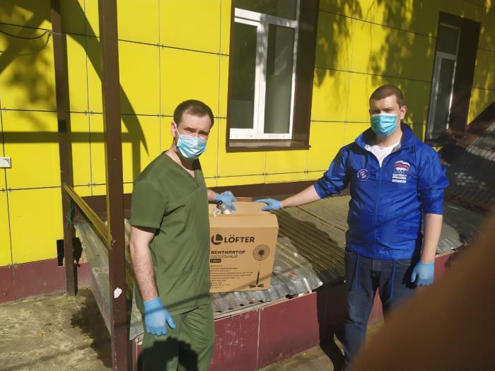 Вчера, 6 июля активисты городского отделения партии «Единой России» подарили Жуковской ГКБ четыре напольных вентилятора.