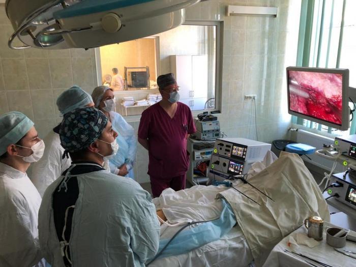 В «Жуковской  городской клинической больнице» хирургом Артуром Саакяном была выполнена  уникальная лапароскопическая операция.