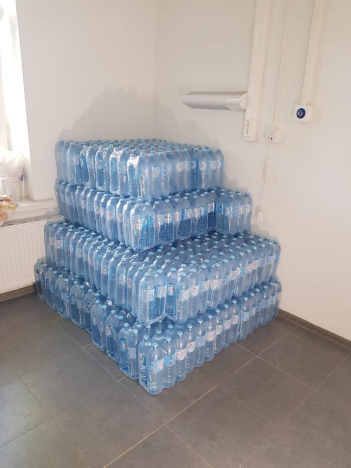 На днях в инфекционные отделения Жуковской ГКБ была организована поставка чистой питьевой воды. Поставка была организована городским отделением партии «Единая Россия». Более 200 полуторалитровых бутылок с водой стали настоящим подарком для медиков, которые защищают нас от Covid19.
