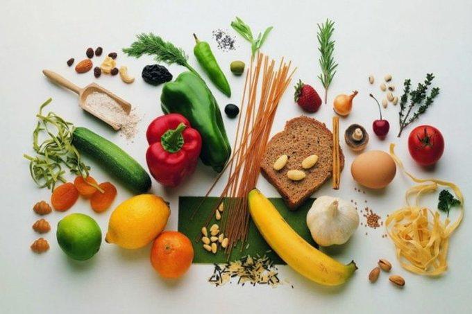 Когда организм ослаблен, он становится подвержен заболеваниям. Помочь сможет дополнительная порция витаминов. Из свежих фруктов и овощей можно получить витамины С и B9 (аскорбиновую и фолиевую кислоту), а также витамин А (каротин). Помимо фруктов и овощей, необходимо есть мясо, молочные продукты, масло, хлеб и крупы. Тогда питание будет полноценным.