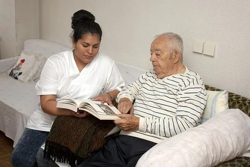 В районных больницах могут появиться паллиативные отделения. В Минздраве предлагают оказывать паллиативную помощь в учреждениях, где количество прикрепленного населения превышает 30 тыс. человек. Об этом сообщает «МК»